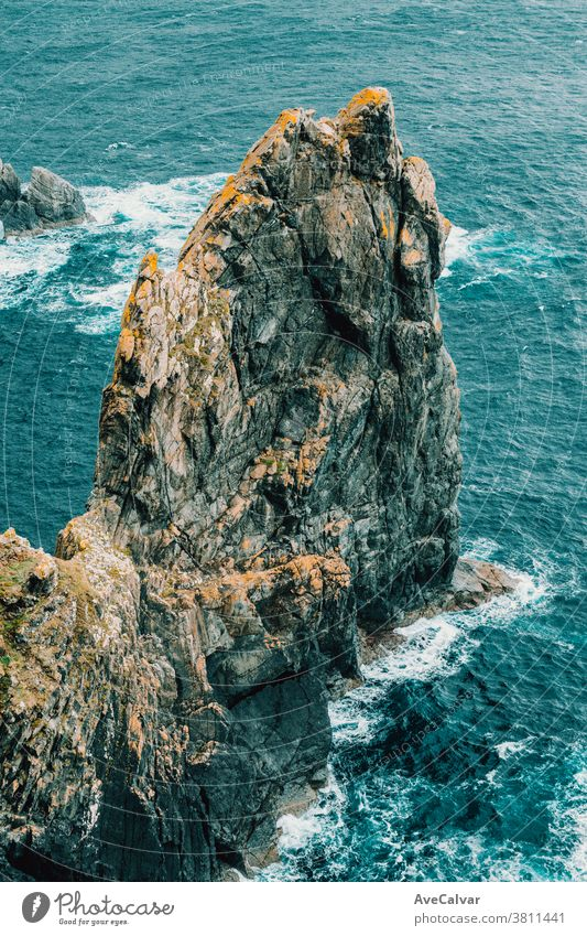 Entspannende Nahaufnahme eines riesigen Steins inmitten des blauen Ozeans Brechen winken horizontal Brandung Ehrfurcht Kraft Spray stürmisch Wetter Wind Absturz