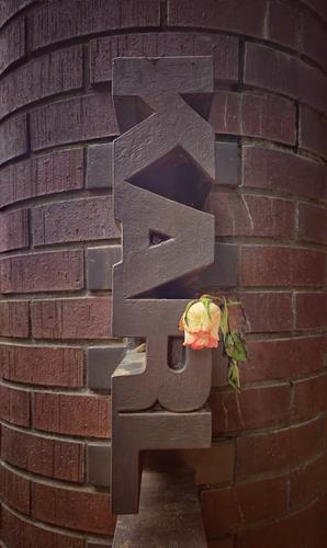 Karl Liebknecht Gedenken Berlin Außenaufnahme Menschenleer Backstein Rose Verwelkt Buchstaben Hauptstadt mobil