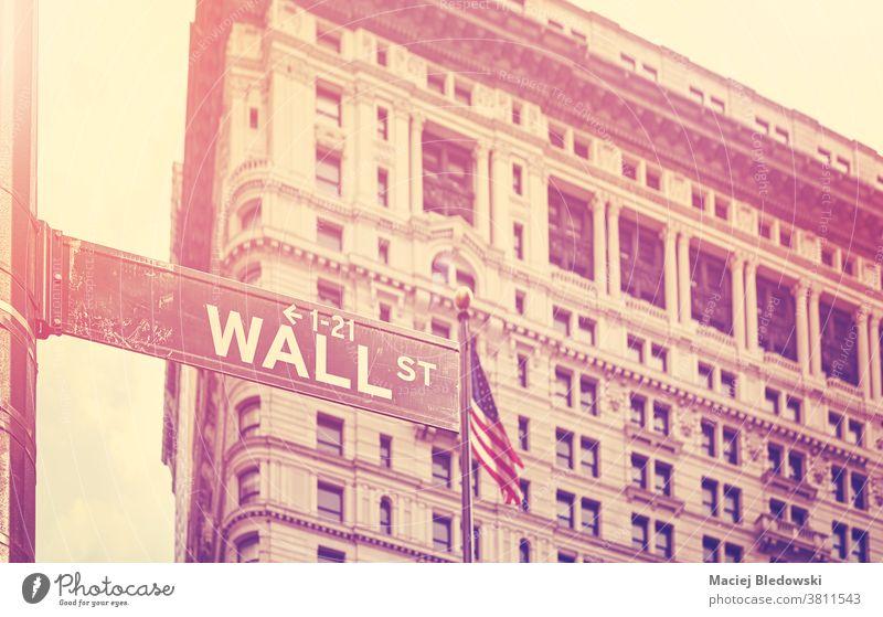 Retro-stilisiertes Bild der Wall Street, New York, USA. Straße New York State Zeichen Großstadt retro altehrwürdig Symbol Gebäude amerika nyc Business Manhattan