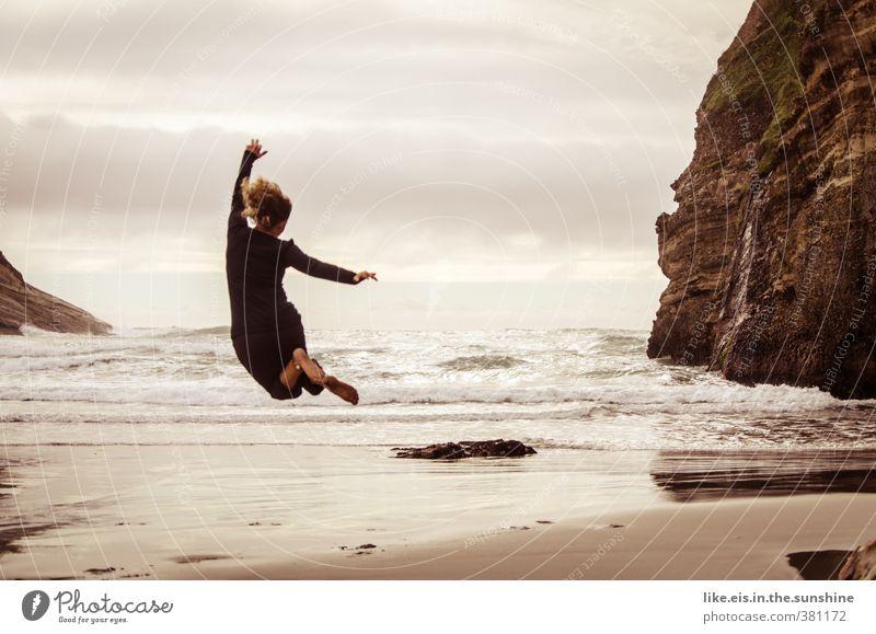 Woohoow! Mensch Frau Natur Jugendliche Ferien & Urlaub & Reisen schön Sommer Meer Erholung Freude Junge Frau Strand Erwachsene Ferne Umwelt Leben