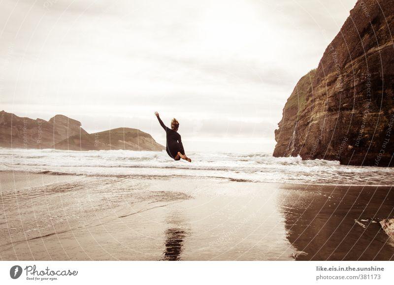 Woohoow II Mensch Frau Natur Jugendliche Meer Landschaft Freude Junge Frau Strand Erwachsene Umwelt Leben Sport feminin Küste Freiheit