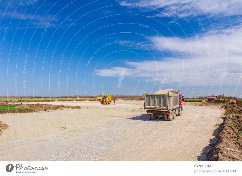 Lastwagen fährt über die Baustelle Aktivität Gegend Basis Business Tiefbau Konstruktion Laufwerk Kipper verflachen Fraktion Kies Boden Haufen Horizont