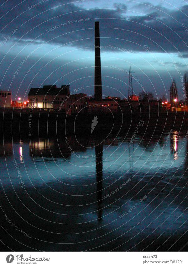 Symetrie Fabrik Nacht Kroatien Reflexion & Spiegelung dunkel Architektur Fluss Abend osijek Küste Himmel Wasser blau Schornstein Symmetrie Wasserspiegelung