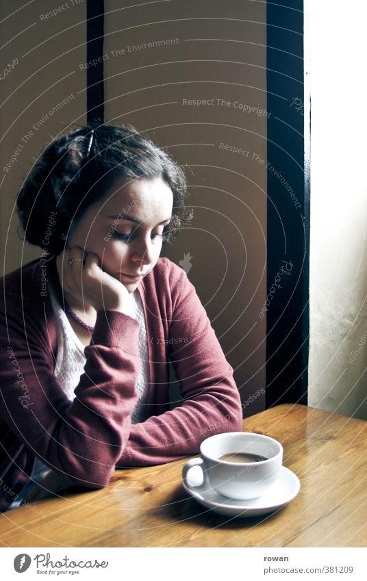 Sorgen Mensch Frau Jugendliche Einsamkeit Junge Frau Erwachsene feminin Gefühle Traurigkeit sitzen trist Kaffee Café Schmerz Konflikt & Streit Stress