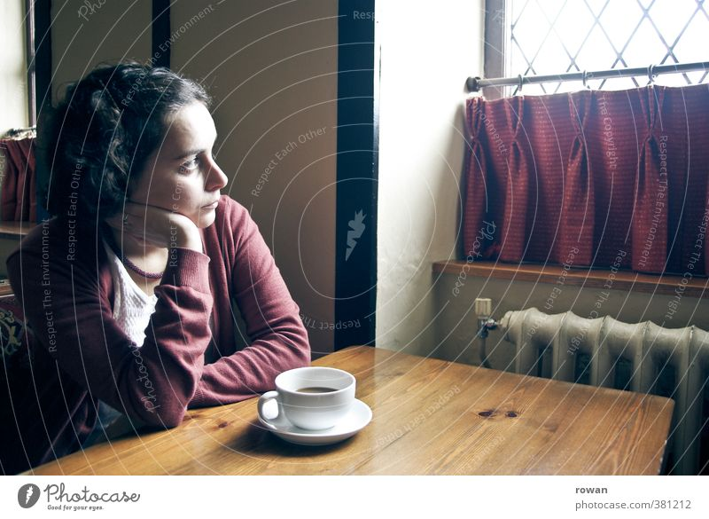 nachdenklich Tisch Restaurant trinken Mensch feminin Junge Frau Jugendliche Erwachsene 1 sitzen trist Stimmung ruhig Langeweile Liebeskummer Müdigkeit