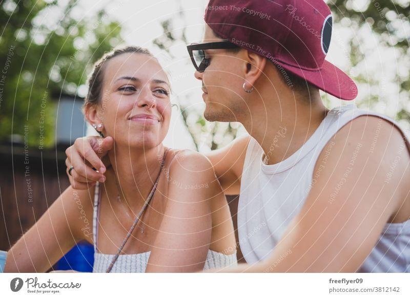 Nahes Porträt eines jungen Paares heterosexuell Kaukasier schließen Sonnenbrille Hut verheiratet romantisch Romantik Latein außerhalb Freunde männlich schön