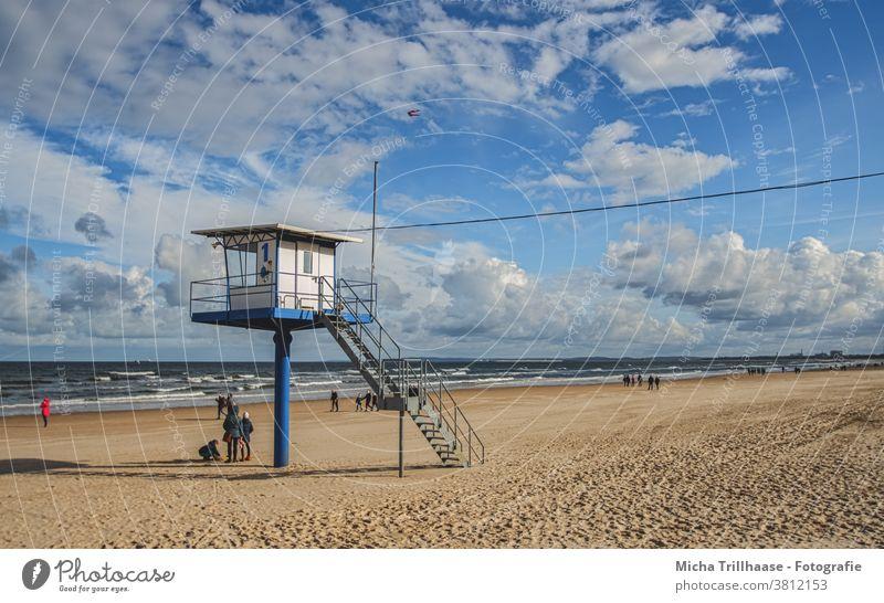 Rettungsturm am Ostseestrand Insel Usedom Ahlbeck Meer Strand Sand Wasser Wellen Rettungsschwimmer Menschen Tourismus Touristen reisen Urlaub Himmel Wolken