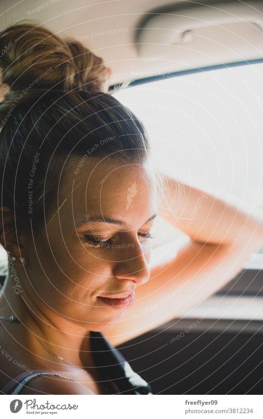 Porträt einer Frau auf dem Rücksitz eines Autos PKW fahren Rückansicht Verkehr Ausflug Autoreise Straße Fahrer Spiegel Gesicht schön reisen attraktiv Ansicht