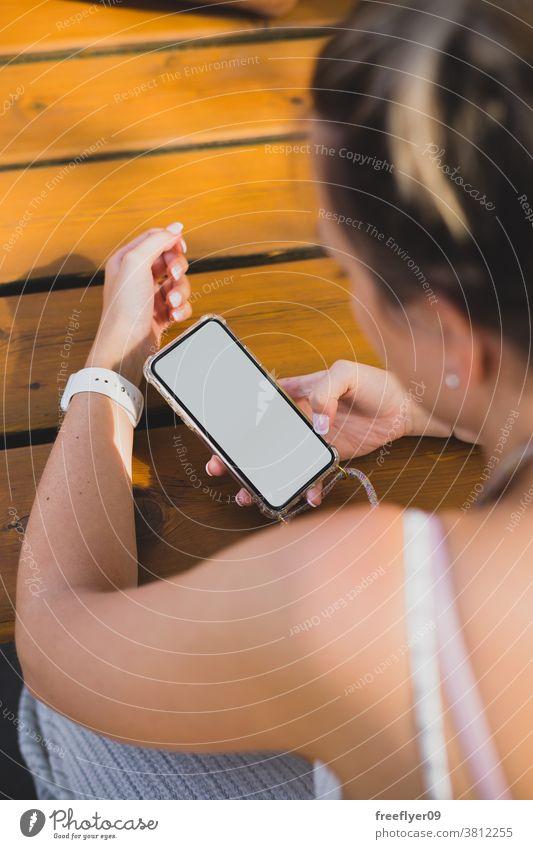 Mockup einer Frau, die ihr Smartphone auf einem Holztisch benutzt Attrappe Textfreiraum blanko Mobile Telefon benutzend Straße Karten Ressource Medien Menschen