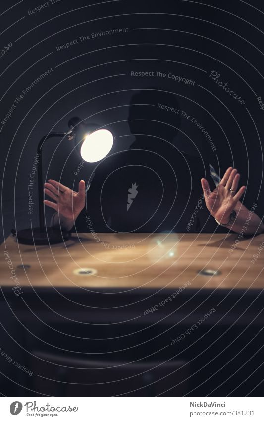Das Verhör Mensch Mann Hand schwarz Erwachsene sprechen Lampe Angst Finger Tisch Neugier geheimnisvoll hören Konflikt & Streit Stress Fragen