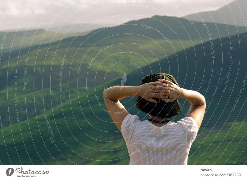 aussicht Mensch feminin Junge Frau Jugendliche Erwachsene 1 Wiese Hügel Felsen Berge u. Gebirge beobachten Blick Zufriedenheit Lebensfreude ruhig Aussicht