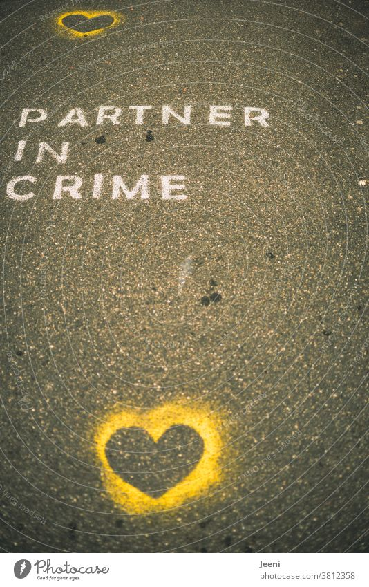"""Ein Weg mit Straßenmalerei mit den Worten """"PARTNER IN CRIME"""" Liebe Kreide Komplize Asphalt Sprühkreide Strassenmalerei malen Kreativität Kunst Straßenkunst"""