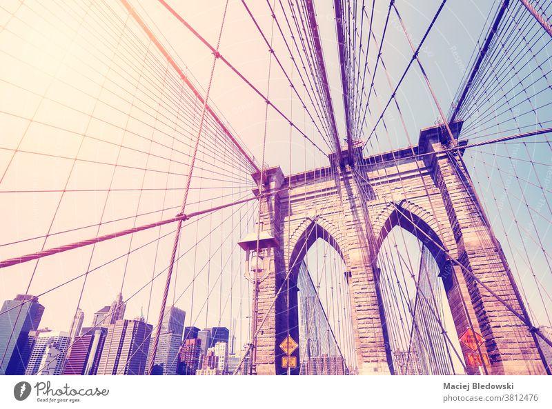 Vintage getöntes Bild der Brooklyn Bridge, New York City, USA. neu altehrwürdig Brücke Großstadt New York State Wahrzeichen Manhattan gefiltert retro