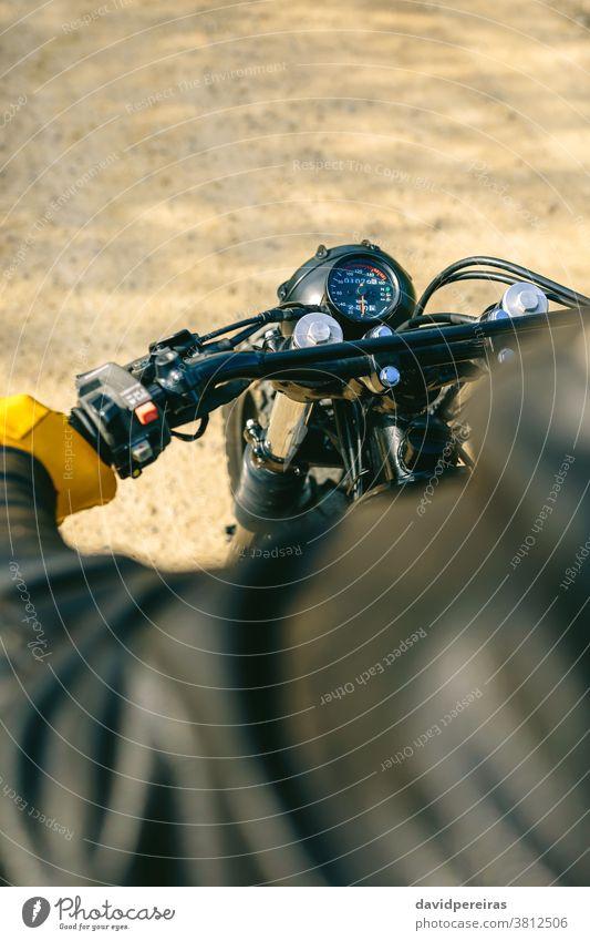Motorradlenker und Kilometerzähler Draufsicht Lenker Tachometer Handschuhe altehrwürdig Biker Mann Detailaufnahme benutzerdefiniert Fahrrad retro Reiter