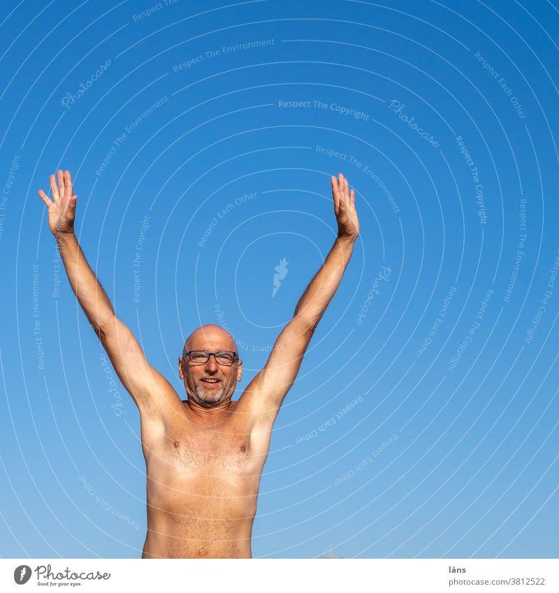Freudensprung Urlaub Sommer Mann Mensch springen Ferien & Urlaub & Reisen Strand Himmel Außenaufnahme Glück Farbfoto Freiheit Sonne