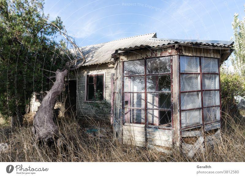 altes verlassenes hölzernes Dorfhaus in der Ukraine Verlassen verlassenes Haus Architektur Herbst blau Gebäude Konflikt Konstruktion Landhaus Krise Tag