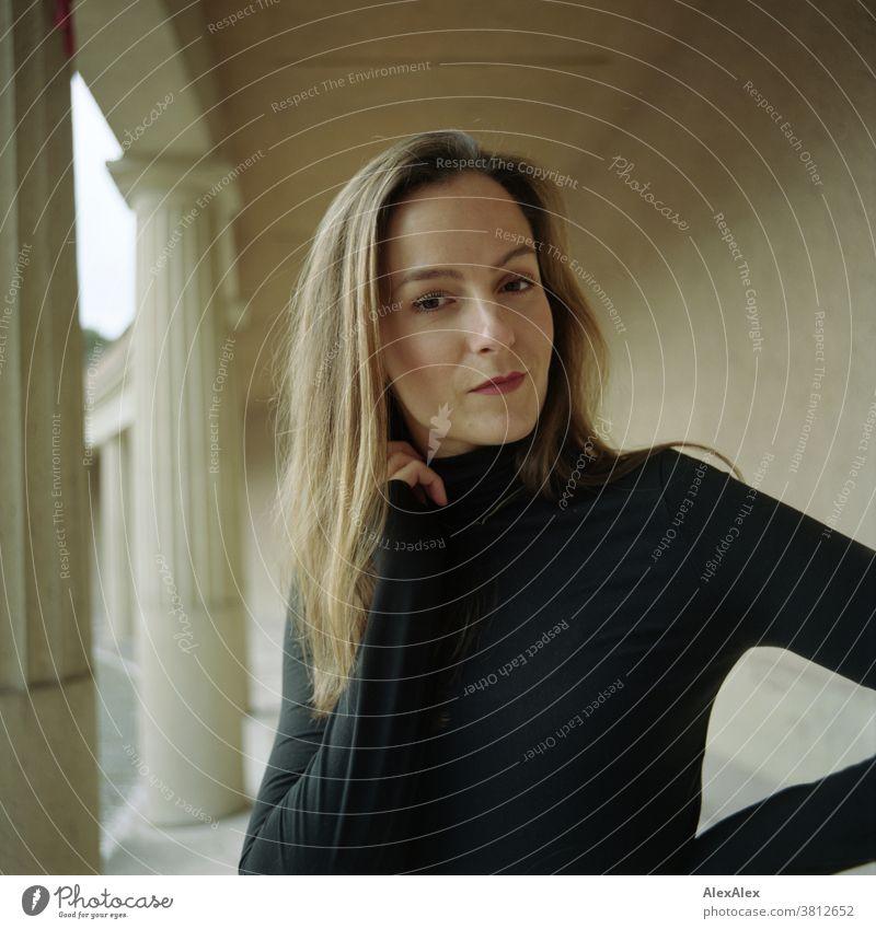 Nahes Portrait einer jungen Frau in einem Säulengang 18-30 Jahre schön fit schlank schlau freundlich angenehm attraktiv brünett langhaarig gesund frisch