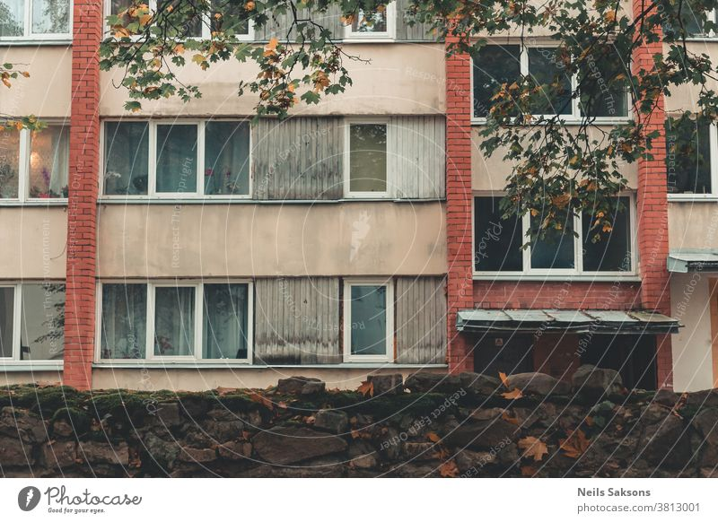 altes Mehrfamilienhaus mit roten Ziegelsteinen hinter Steinmauer Gehäuse sozialer Wohnungsbau Wohnblock Unterkunft Annehmlichkeiten Appartement Architektur