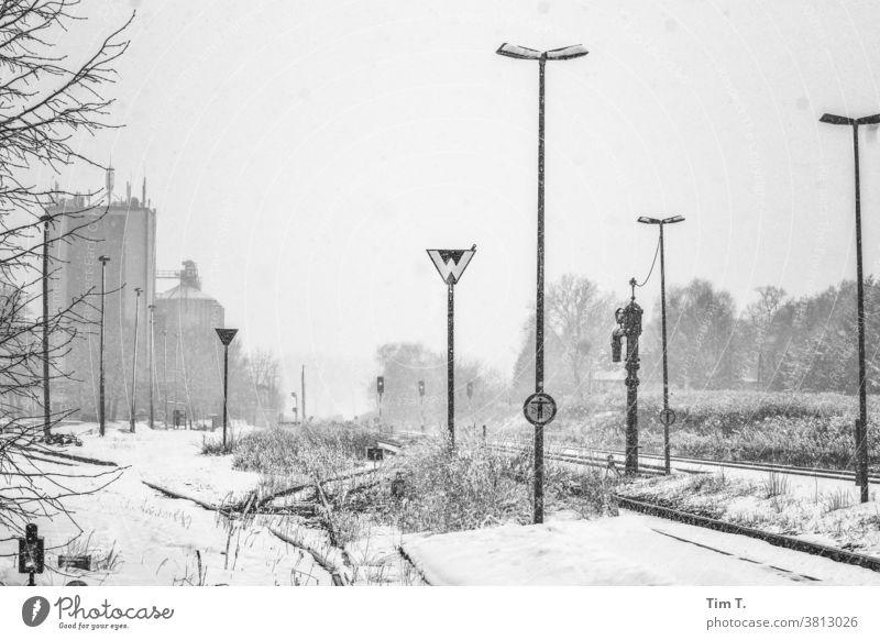 Winter in Brandenburg Station Außenaufnahme Menschenleer Landschaft Tag kalt Schnee Schienenverkehr Frost weiß Gleise Bahnhof Eisenbahn Verkehr Verkehrswege