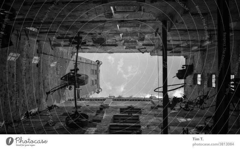 Blick in den Himmel durch ein Haus ohne Dach Halle/Saale s/w Industrie Ruine Papierfabrik Schwarzweißfoto Architektur Halle Saale Halle (Saale) Menschenleer