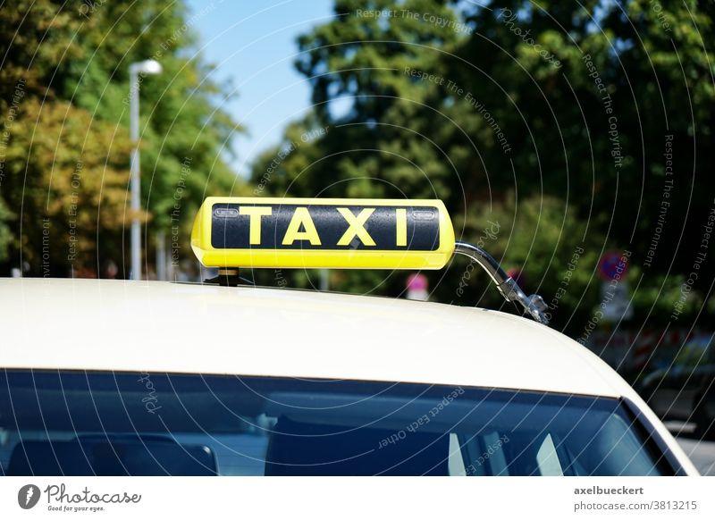 Taxischild auf dem Autodach Taxi-Schild Taxistand Verkehr Verkehrsmittel Transport PKW Nahaufnahme Straße reisen Automobil Tourismus Deutschland