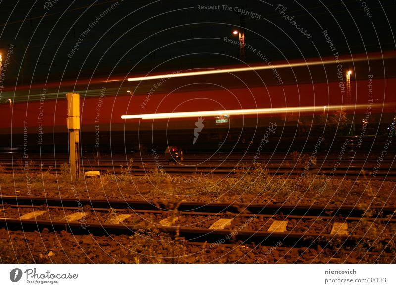 vorbei_ Eisenbahn Gleise Geschwindigkeit Nacht Ferien & Urlaub & Reisen Verkehr Bahnhof