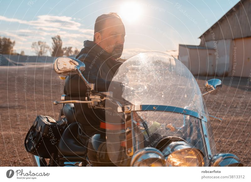 Mann mit schwarzem Straßenmotorrad Motorrad reisen männlich Rennfahrer Abenteuer Reise Reiter Laufwerk Sicherheit Verkehr Geschwindigkeit Fahrrad