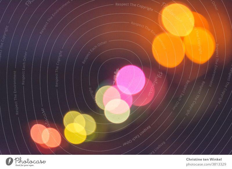 wen die Muse küsst | kreative Spielerei mit bunten Lichtpunkten Bokeh bokeh lichter Hintergrundbild Textfreiraum Schwache Tiefenschärfe Lichter bunte Lichter