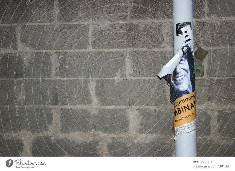 Das Plakat Laterne Straßenbeleuchtung Mauer Wand Konzert Poster Vergänglichkeit Dinge Betton Stadt