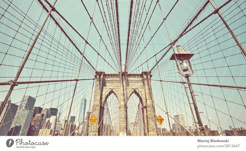 Retro-getontes Bild der Brooklyn Bridge, New York City, USA. Großstadt neu altehrwürdig retro Brücke New York State Wahrzeichen Manhattan gefiltert Architektur
