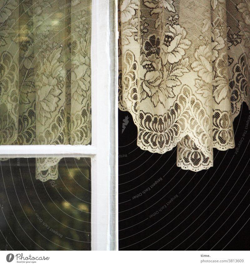 grandma's pride vorhang gardine fenster fensterscheibe offen lüften hängen historisch nostalgisch früher damals oldstyle spiegelung altbau vintage