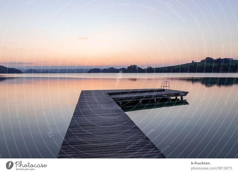 Ruhiger See mit Holzsteg Steg Mattsee Österreich Stille Landschaft Natur ruhig Reflexion & Spiegelung Seeufer Außenaufnahme Wasser Menschenleer Idylle