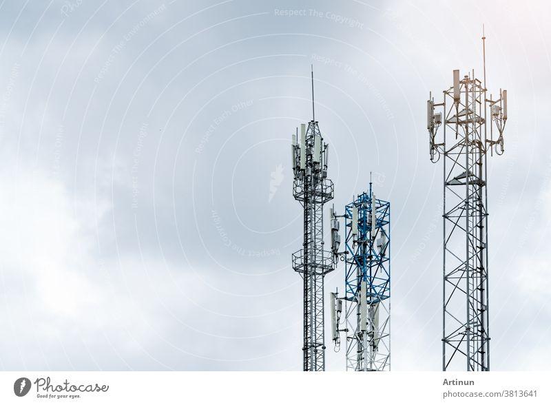 Fernmeldeturm mit grauem Himmel. Antenne. Funk- und Satellitenmast. Kommunikationstechnik. Telekommunikationsindustrie. Mobilfunk- oder Telekom-4g-Netz. Telekommunikationsindustrie.