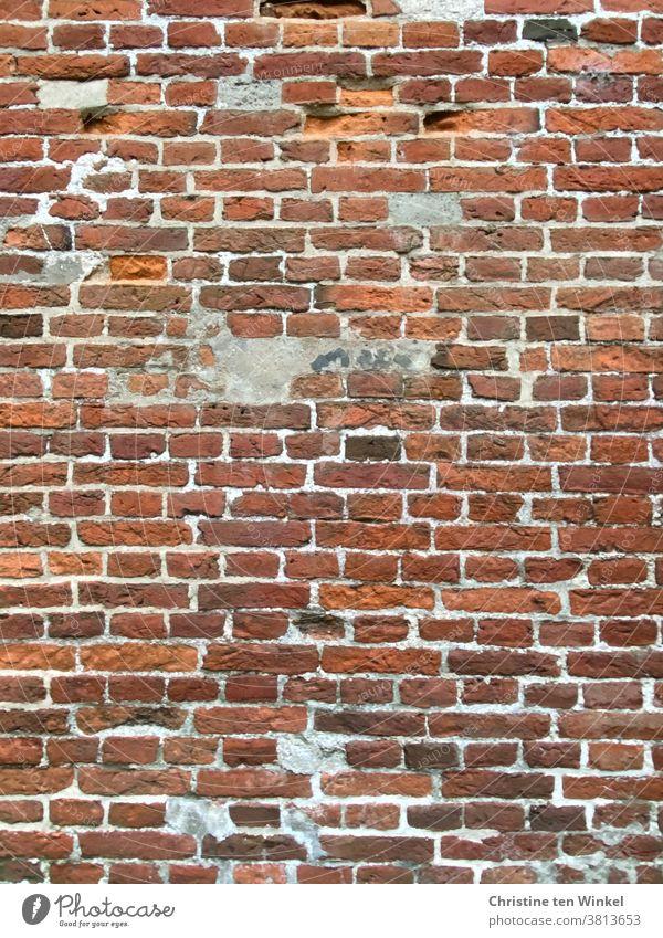 Alte rot - braune Backsteinfassade mit ausgebesserten Stellen Backsteinwand Backsteine alt Wand Mauer Fassade Stein Strukturen & Formen Gebäude Detailaufnahme