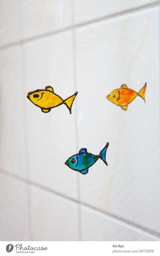 kleine bunte Fische , aufgemalt auf einer Glaswand im Bad, weiße Fliesen im Hintergrund lustig positiv kreativ Dekoration schwimmen schwache Tiefenschärfe