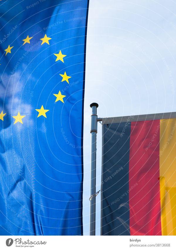 Europafahne im Vordergrund und Deutschlandfahne im Hintergrund EU Europaflagge Europäische Union Fahnen und Flaggen BRD Mitgliedsstaat Politik & Staat