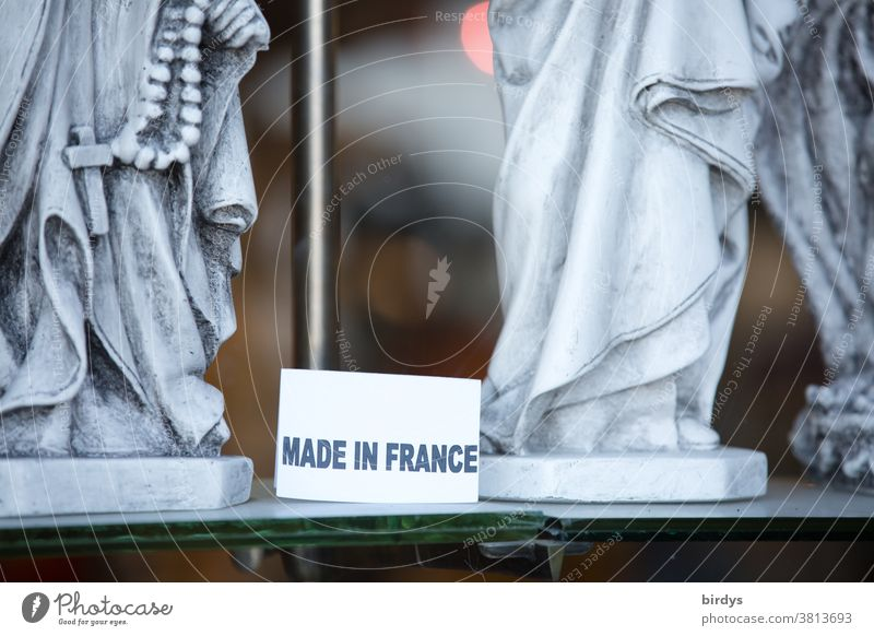 Made in France, Schild in einem Schaufenster mit christlichen Heiligenfiguren Frankreich Schrift Christentum Kreuz Glaube Christliches Kreuz Religion & Glaube
