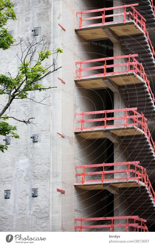Rohbau, provisorische Treppengeländer, Brüstung am Treppenaufgang eines im Bau befindlichen Hochhauses Hausbau rot authentisch Sicherheit Absturzsicherung