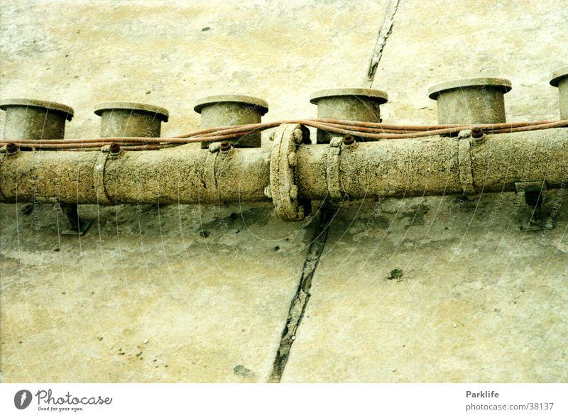 Leerer Brunnen in den Herrenhäuser Gärten verrotten Hannover Architektur Rost Metall Kabel