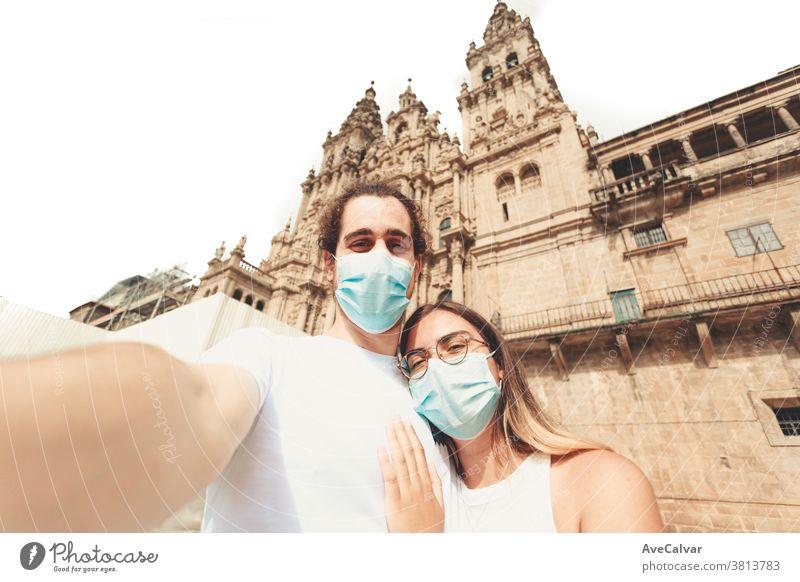 Junges Paar, das mit Masken an einem touristischen Ort ein Selfie macht Zusammensein Liebe jung Urlaub Freund Mundschutz menschliche Beziehungen Feiertag