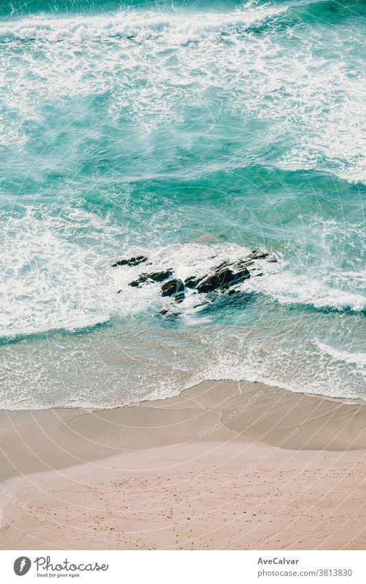 Luftaufnahme der Wellen am Strand Dröhnen Wasser Ufer Antenne Sand oben Insel Meer Inseln Top Bucht Ansicht Frieden Glück Geist frei Freizeit Freiheit Feiertag