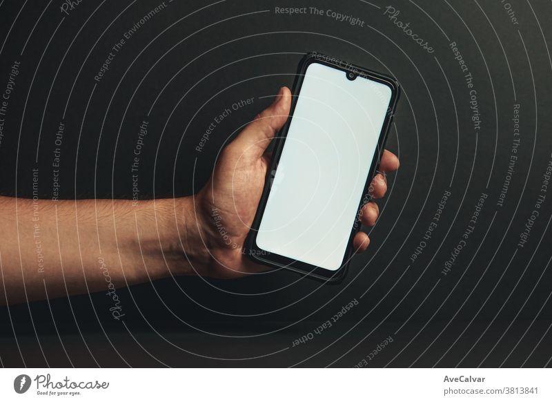 Junge Hand, die ein Telefon mit weißem Bildschirm hält Business Computer Frau Lifestyle sozial Smartphone Halt Technik & Technologie Tablette Nahaufnahme