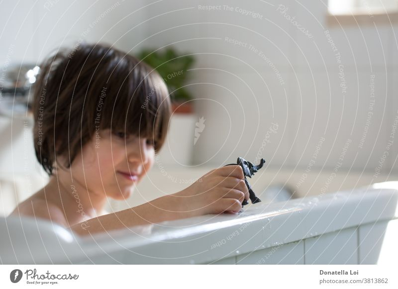 Kind in der Badewanne Baby Körper Pflege Kaukasier heiter Kindheit Sauberkeit Gesicht schäumen Spaß Fröhlichkeit Glück Gesundheit Hygiene Lifestyle Menschen