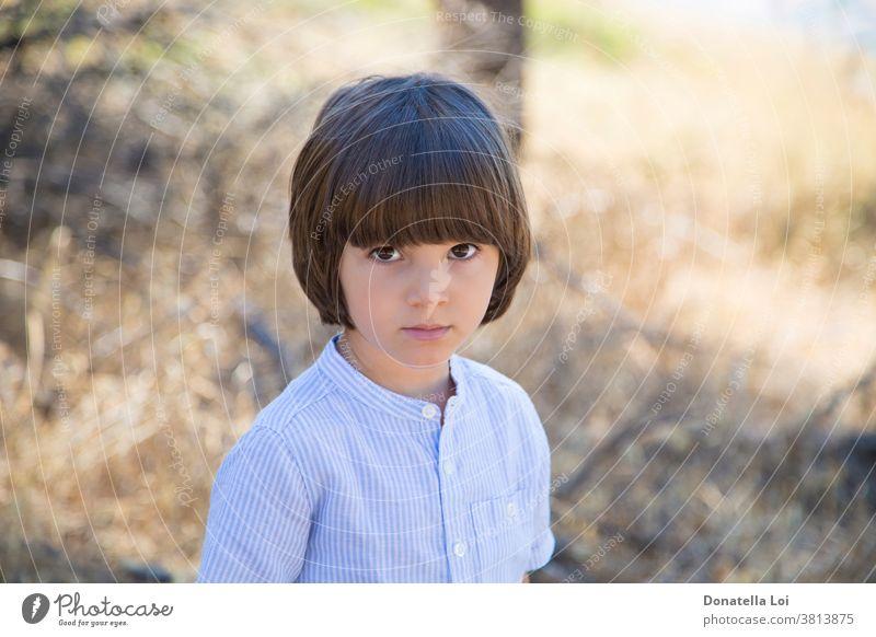 Einsamer kleiner Junge im Wald 4 Jahre allein Herbst schön Unschärfe verschwommen Bokeh braunes Auge braune Haare Kaukasier Kind Kindheit Differential-Fokus