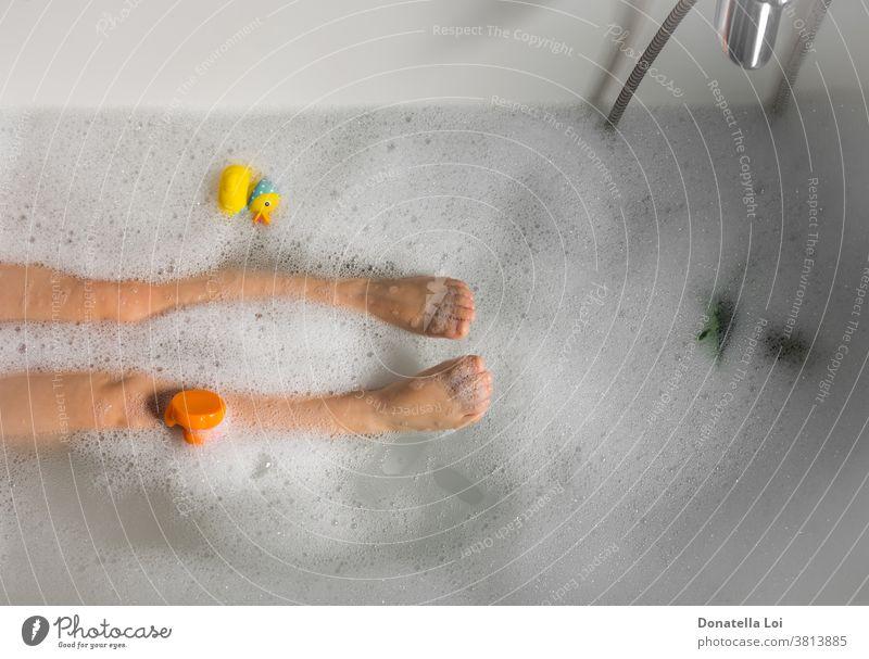 Kind in Badewanne mit Spielzeug baden Körper Junge Pflege Kindheit Sauberkeit Fuß schäumen Spaß Gesundheit heimwärts Hygiene Beine Lifestyle nur Person spielen