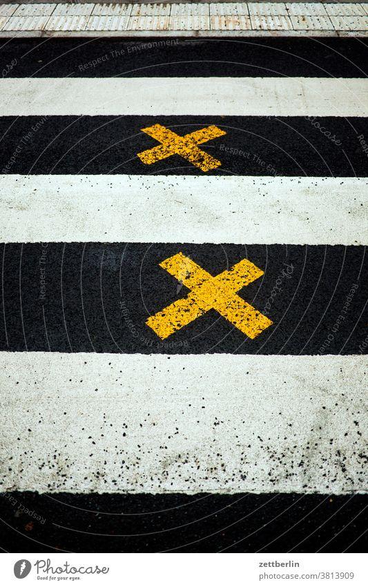 Zebrastreifen mit zwei Kreuzen abbiegen asphalt ecke fahrbahnmarkierung fußgänger fußgängerüberweg kante kreuz linie links rechts richtung straße tipp wegweiser