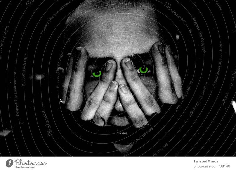 Freaked Mann Hand Gesicht Auge Angst Suche Schmerz