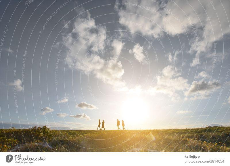 dudes on the deich Deich Menschen Ausflug Himmel Gras Farbfoto Küste Nordsee Tag Wiese Meer Ferien & Urlaub & Reisen Außenaufnahme Landschaft Natur Sommer