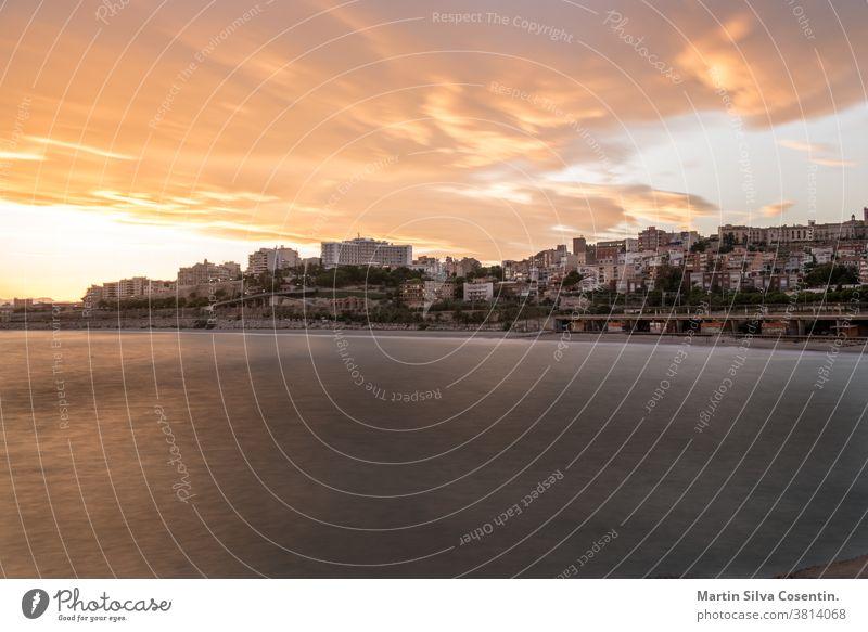 Wunderschöner sonniger Sonnenuntergang in der Stadt Tarragona, in Katalonien, Spanien, im Sommer 2020. Großstadt Amphitheater antik Antiquität archäologisch