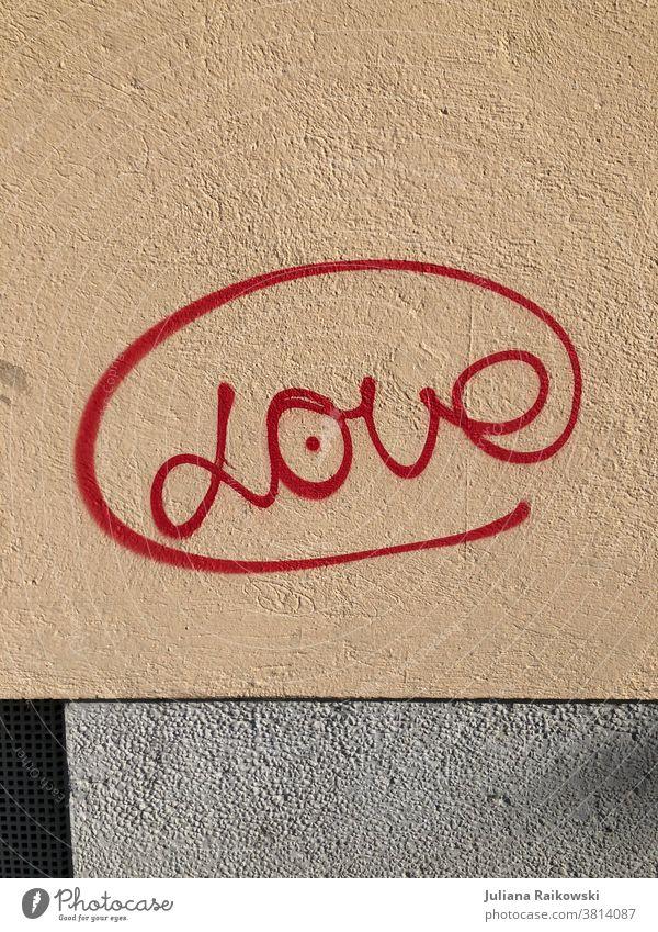 """Graffiti """"Love"""" Liebe Wand Mauer Schriftzeichen Außenaufnahme Farbfoto Menschenleer Tag Fassade Zeichen Gefühle Verliebtheit Romantik Frühlingsgefühle rot Stadt"""